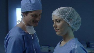 Laerte colhe os óvulos de Amarilys para fertilização - A médica avisa a Niko e Eron que o procedimento de fertilização começará no dia seguinte, mas esconde que é a doadora dos óvulos