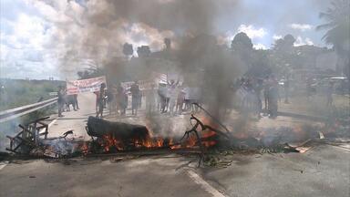 Protesto de moradores pede lombadas eletrônicas na BR-101 - Eles tocaram fogo em pneus para reclamar também dos buracos.
