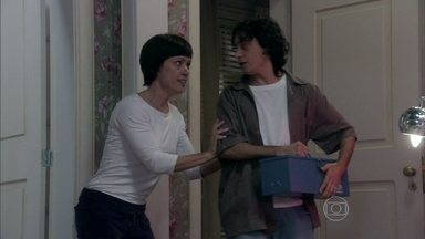 Joana chama um chaveiro para soltar Perséfone - O rapaz leva um susto ao encontrar a enfermeira algemada na cama