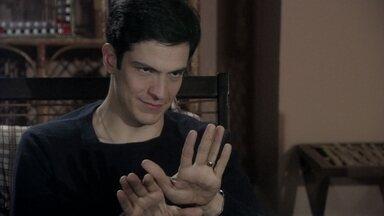 Félix manipula Bruno - O vilão convence o corretor a exigir que Paloma faça um novo exame de DNA