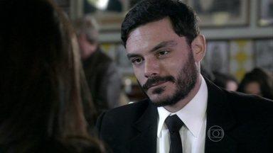Maciel engana Valdirene para conseguir informações sobre Atílio - Ele leva a periguete para um restaurante e insinua que é um milionário