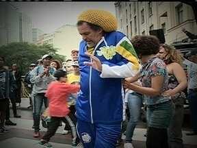 """Vida de Nelson Triunfo, o pai do hip hop no Brasil, vira filme - O filme """"Triunfo"""" é uma volta ao tempo das baladas black. Um trecho das gravações do filme que mostra a história do ícone do hip hop nacional está acontecendo no centro da capital."""