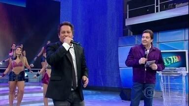 Leonardo canta o sucesso 'Pense em mim' - Cantor está presente pela 60ª vez no Domingão