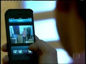 Conheça paulistanos que aumentaram gastos com câmeras de segurança e blindagem - Ana Maria Braga mostra imagens da câmera de segurança de sua casa, que ela monitora através de tablet