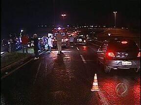 Pelo terceiro final de semana consecutivo motorista causa acidente com morte e foge - Na noite de sábado um homem de 48 anos morreu ao ser atropelado por um veículo ainda não identificado. O acidente foi registrado na BR-369 na saída de Londrina para Cambé.
