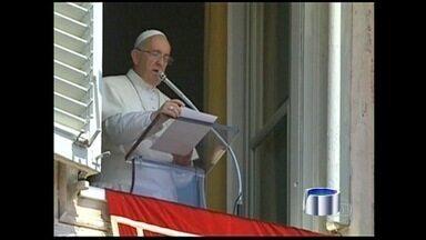 Papa Francisco começa a viagem para o Brasil - O Papa Francisco está a caminho do Brasil. Carregando uma bagagem de mão, ele embarcou em Roma às 3h55, horário de Brasília. O Papa leva em sua primeira viagem internacional uma mensagem de esperança a milhões de católicos.