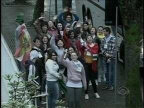 Jovens de Joinville partem em caravana para a Jornada Mundial da Juventude - Jovens de Joinville partem em caravana para a Jornada Mundial da Juventude; expectativa é encontrar o Papa.