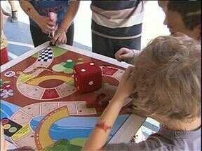Crianças curtem brincadeiras antigas em colônia de férias - Perna de pau, corrida de saco e jogos de tabuleiro fazem a alegria da criançada.