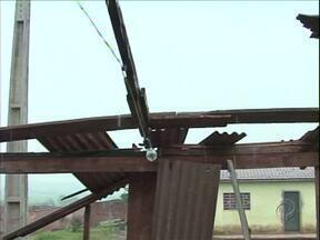 Casas foram destelhadas pelo vento forte em Goioerê - Trinta famílias foram atingidas pelo temporal.