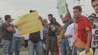 Manifestantes fecham faixa da Anhanguera na manhã desta segunda-feira em Limeiraa, SP - Durante a manhã desta segunda-feira (22) um novo protesto em uma faixa da Rodovia Anhanguera, na altura de Limeira (SP), atrapalhou o trânsito no sentido Campinas/São Paulo.