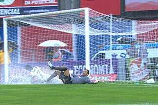 Com gramado impraticável, Corinthians arranca empate do Atlético-PR - O Pato que se deu bem com tanta água e marcou o dele.