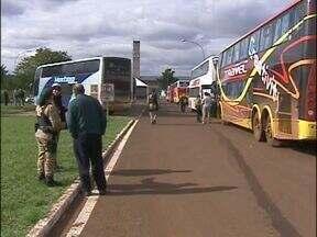 Operação da PRF fiscaliza ônibus com destino a Jornada Mundial da Juventude - No domingo, teve fila e enquanto os policiais fiscalizavam os veículos, os jovens aguardavam do lado de fora.