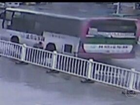 Terremoto atinge região central da China e mata 75 pessoas - As câmeras de segurança registraram o momento em que a terra tremeu. O epicentro foi a aproximadamente 1.200 Km de Pequim. Quatrocentas pessoas ficaram feridas e mais de 20 mil casas foram danificadas.