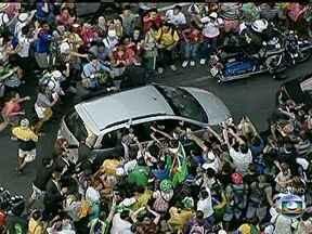 Carro do Papa é cercado por fiés no Centro do Rio - No caminho até a Catedral Municipal, as pessoas nas ruas cercaram o carro onde está o Papa Francisco.