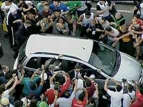 Comboio do Papa Francisco é cercado por multidão em vários pontos no Centro do Rio - O carro saiu da base aérea escoltado pela Polícia Federal. O comboio encontrou muitas pessoas nas pistas da Presidente Vargas. O Papa seguiu de carro aberto pela via.