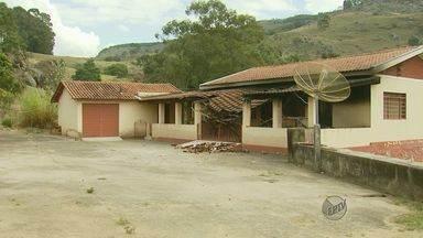 Carro e parte de casa de idoso são incendiados em Santa Rita de Caldas - Carro e parte de casa de idoso são incendiados em Santa Rita de Caldas