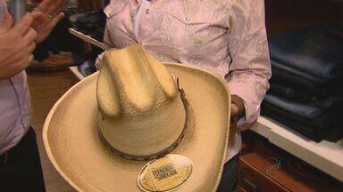 Lojas esperam triplicar vendas com a Festa do Peão de Barretos, SP - Moda country inspira souvenirs e roupas.
