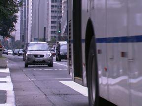 Fiscalização da faixa exclusiva para ônibus na Paulista começou nesta segunda (22) - Motos e carros que utilizarem a faixa poderão ser multados. O valor da multa é de R$ 53,20.