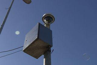 Cabos que mantêm em funcionamento as câmeras da SMTT estão sendo furtados - Vândalos destroem equipamentos importantes para a segurança do trânsito e investigação de acidentes na capital. Os cabos que mantêm em funcionamento as câmeras da SMTT estão sendo furtados.
