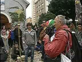 Peregrinos italianos passam por Londrina antes da Jornada Mundial da Juventude - A segunda-feira(22), foi de celebração para os fiéis que se preparam para encontrar o Papa Francisco no Rio de Janeiro.