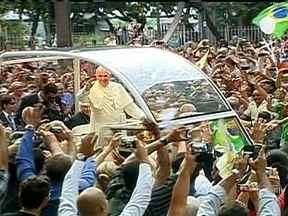Milhares de fiéis lotam o Rio para receber Papa Francisco - O Papa Francisco recebeu muito carinho de quem estava nas ruas. O religioso resolveu passear de carro aberto pelo centro da cidade, deixando a multidão mais que satisfeita e feliz.