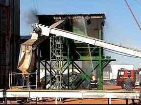 Depósito de sabugo que alimenta caldeira pega fogo em Uberlândia - Incêndio ocorre numa empresa de beneficiamento de grãos, na BR-452.Bombeiros controlaram a situação e ninguém ficou ferido.