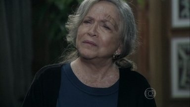 Bernarda ameaça César - A senhora não engole a explicação que o médico deu a Paloma