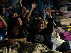 Multidão encara madrugada fria para participar da vigília em Copacabana - Os peregrinos ficaram à espera da última missa do Papa no Brasil, pela Jornada Mundial da Juventude. A prefeitura estimou em três milhões de fiéis.