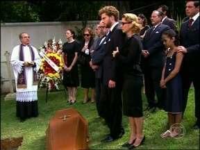 Corpo de Sônia é enterrado - Familiares e amigos prestam as últimas homenagens à moça