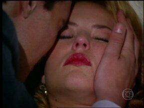 Sônia bebe o veneno de Clóvis e morre - O bandido fica desesperado com a atitude da amada e não acredita no que acontece
