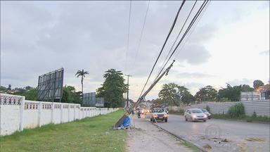 Acidente deixa vários bairros de Olinda sem energia elétrica - Carro atingiu poste na frente de quartel do Exército na PE-15.