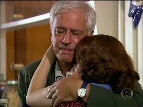Alceu perdoa Miriam - Triste após Wanda ser presa, ele desabafa com a ex mulher que acaba ganhando uma nova chance
