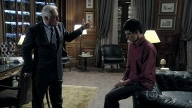 César se revolta ao ouvir as explicações de Félix - Médico questiona a relação do filho com outro homem
