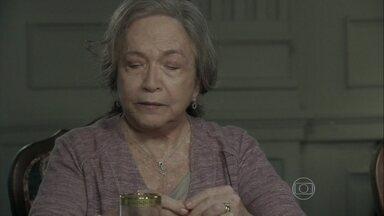 Bernarda critica a postura de César - Félix conta que o pai o ameaçou. Pilar tenta tranquilizar o filho