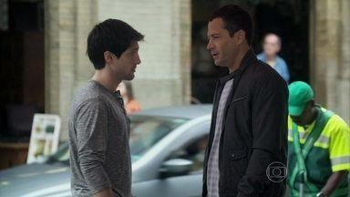 Luciano confessa para Bruno que está com Joana por interesse - Ele reprova a atitude do irmão que quer usar o dinheiro da enfermeira para pagar a faculdade de medicina