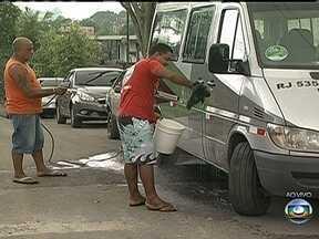 Moradores de Duque de Caxias comemoram abastecimento permanente de água - Na última visita ao bairro Parque Fluminense em fevereiro, os moradores reclamavam da falta de água. Após uma obra da Cedae o abastecimento passou a ser permanente.