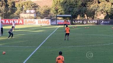 Jô e Ronaldinho estão confirmados no Atlético-MG para jogo contra o Botafogo - Time de Cuca está na zona de rebaixamento. Botafogo é o líder do campeonato.
