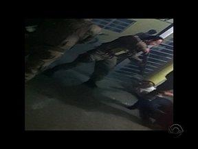 Polícias são suspeitos de abuso de poder durante festa de aniversário em São José - Polícias são suspeitos de abuso de poder durante festa de aniversário em São José