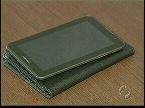 Homem furta tablet de dentro de delegacia e esposa acaba na cadeia em Apucarana - O tablet era de uso pessoal de uma investigadora que descobriu o furto quando a mulher estava prestando depoimento na delegacia da mulher.