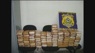 Polícia apreende quase 80 quilos de drogas em Barra do Turvo (SP) - A polícia apreendeu quase 80 quilos de pasta base de cocaína nesta terça-feira (6), em Barra do Turvo, no Vale do Ribeira (SP). Droga estava dentro de um caminhão, escondida em um fundo falso.