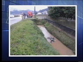 Homem morre em acidente de moto em rodovia estadual que liga Timbó a Rodeio - O corpo de um homem foi encontrado na manhã desta terça-feira na SC 410, que liga Timbó a Rodeio. Ele se envolveu em um acidente de moto e caiu numa vala.