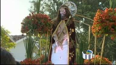 Fieis participam da tradicional procissão em homenagem a Bom Jesus, em Tremembé (SP) - Evento marcou os 350 anos de devoção ao padroeiro. Uma história movida por demonstrações de fé.