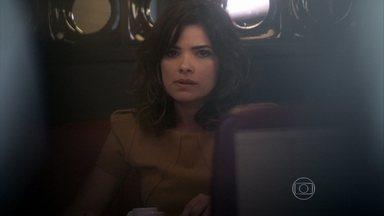 Aline tenta descobrir o segredo de César e Edith - A estilista comenta que o médico tem motivos para que ela fique calada, mas não revela para a secretária a verdade sobre a paternidade de Jonathan