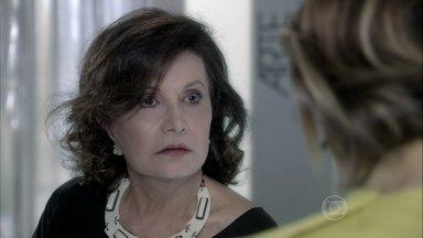 Tamara incentiva Edith a aceitar a proposta de César - A estilista diz para a mãe que não sabe se vai suportar voltar a viver ao lado de Félix novamente, mas promete encontrar uma solução para os problemas financeiros das duas