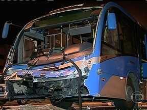 Polícia investiga engavetamento de três ônibus do BRT no Recreio dos Bandeirantes - Policiais fizeram uma perícia e ouviram o depoimento de dois motoristas e de passageiros. As imagens do Centro de Controle do BRT e do circuito interno dos ônibus também foram solicitadas.