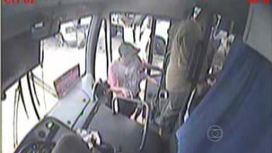 Polícia prende suspeitos de assaltar ônibus em Ribeirão - Dois passageiros morreram ao tentar reagir ao assalto - um deles era PM.