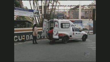 Socorristas de São Paulo são obrigados a pegar macas de necrotérios para atender vítimas - Por falta de estrutura nos hospitais, socorristas de São Paulo são obrigados a pegar macas de necrotérios para atender as vítimas.