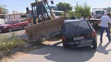 Trator invade rua, atinge carro e deixa feridos em avenida de Manaus - Vítima teve lesões na cabeça; Condutor do trator também ficou ferido.