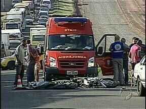 Acidente mata mulher grávida que estava em garupa de moto - O acidente foi hoje de manhã, na marginal na PR 445, no trecho urbano de Londrina, envolvendo uma moto, um carro e um caminhão. Fernanda Nayara Godoy Maggiolo, de 21 anos, morreu no local. O marido contou aos Bombeiros que a esposa estava grávida.
