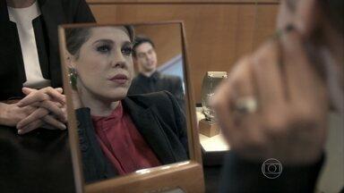 Edith obriga Félix a comprar joias para ela - Tamara incentiva a filha a se reconciliar com o vilão e a repreende por seu caso com Wagner. Félix compra joias para Edith e implora para que ela o acompanhe ao casamento de Nicole